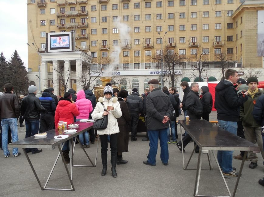 «Россия - SOS» или всего два украинских флага на многотысячную толпу: что происходит на площади Свободы (фото), фото-45