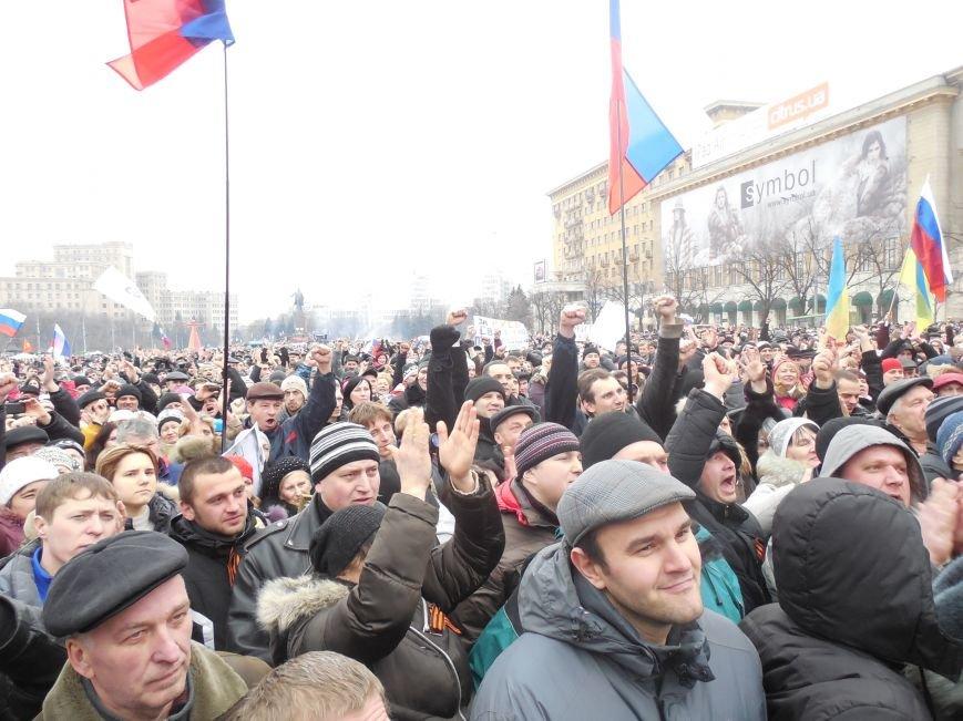 «Россия - SOS» или всего два украинских флага на многотысячную толпу: что происходит на площади Свободы (фото), фото-39
