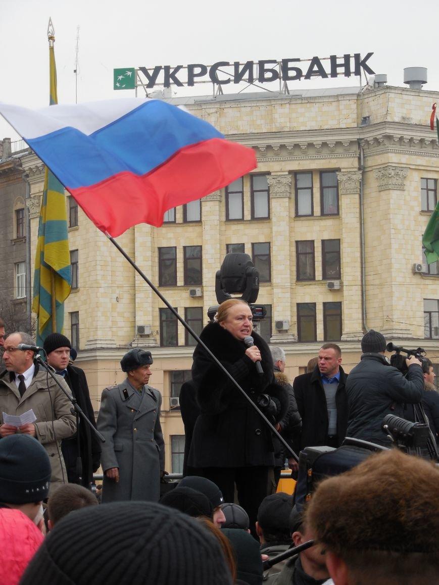 «Россия - SOS» или всего два украинских флага на многотысячную толпу: что происходит на площади Свободы (фото), фото-18