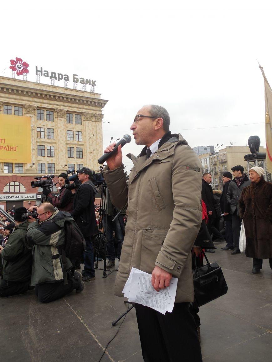 «Россия - SOS» или всего два украинских флага на многотысячную толпу: что происходит на площади Свободы (фото), фото-20