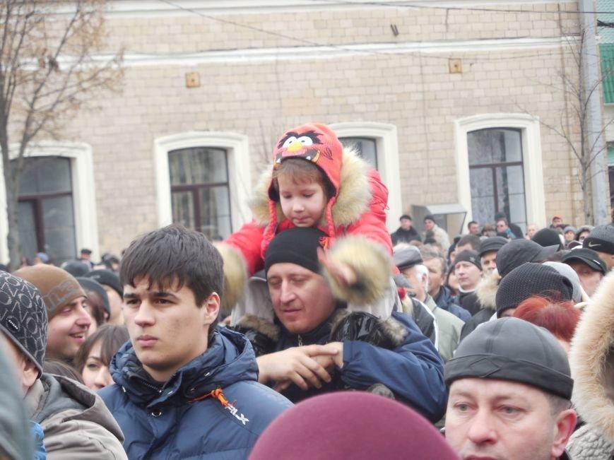 «Россия - SOS» или всего два украинских флага на многотысячную толпу: что происходит на площади Свободы (фото), фото-10