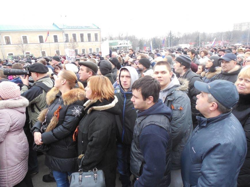 «Россия - SOS» или всего два украинских флага на многотысячную толпу: что происходит на площади Свободы (фото), фото-4