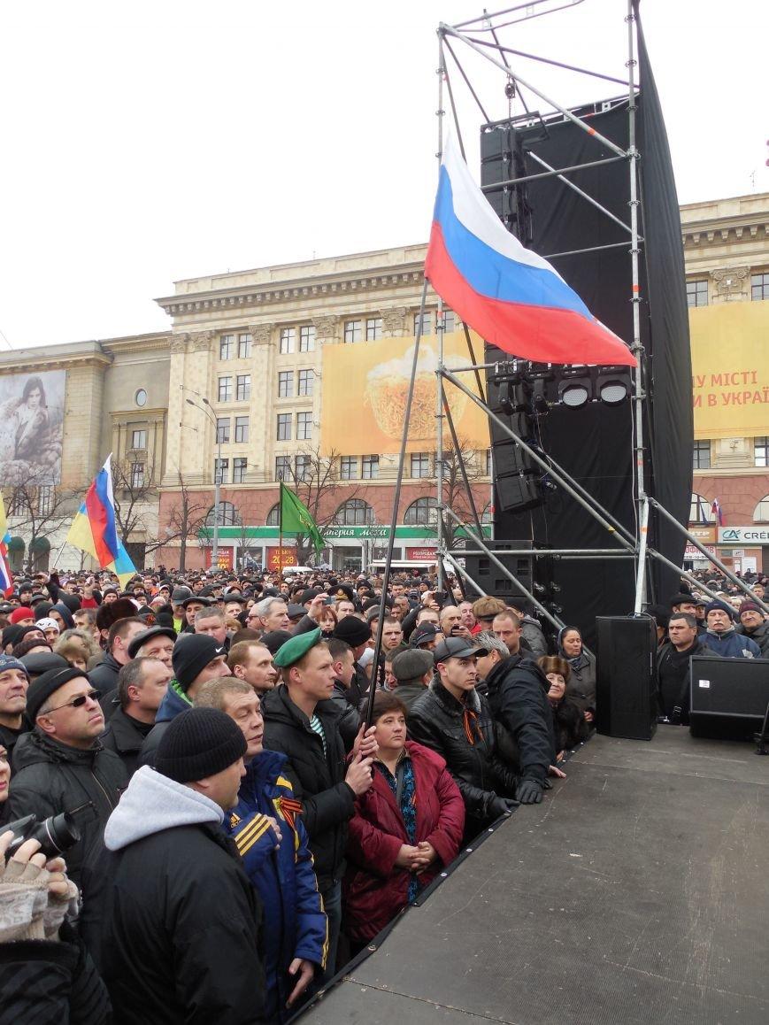 «Россия - SOS» или всего два украинских флага на многотысячную толпу: что происходит на площади Свободы (фото), фото-23