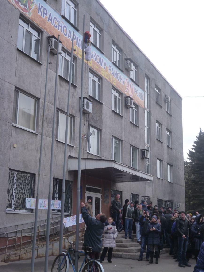 В Красноармейске  прошел митинг в поддержку Януковича. У горсовета поднят российский флаг (ФОТО), фото-1