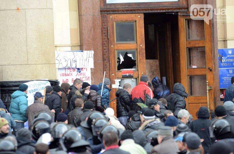 Слезоточивый газ и камни: в Харькове штурмуют ХОГА (фото), фото-1