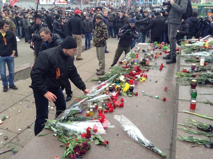 Мирный Антифашистский марш едва не превратился в потасовку: разъяренный мужчина ногой сбил лампады (ФОТО), фото-14