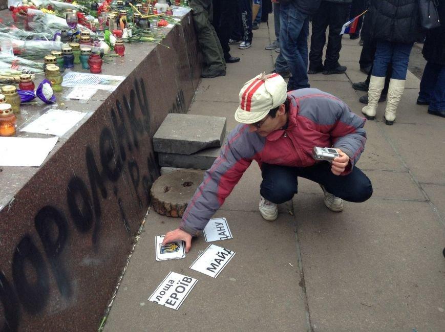 Мирный Антифашистский марш едва не превратился в потасовку: разъяренный мужчина ногой сбил лампады (ФОТО), фото-18