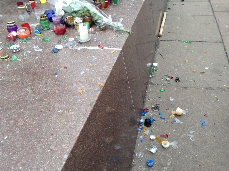 Мирный Антифашистский марш едва не превратился в потасовку: разъяренный мужчина ногой сбил лампады (ФОТО), фото-11