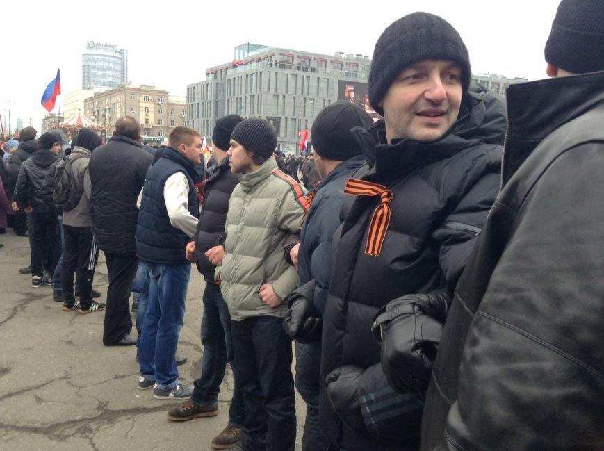 Мирный Антифашистский марш едва не превратился в потасовку: разъяренный мужчина ногой сбил лампады (ФОТО), фото-8