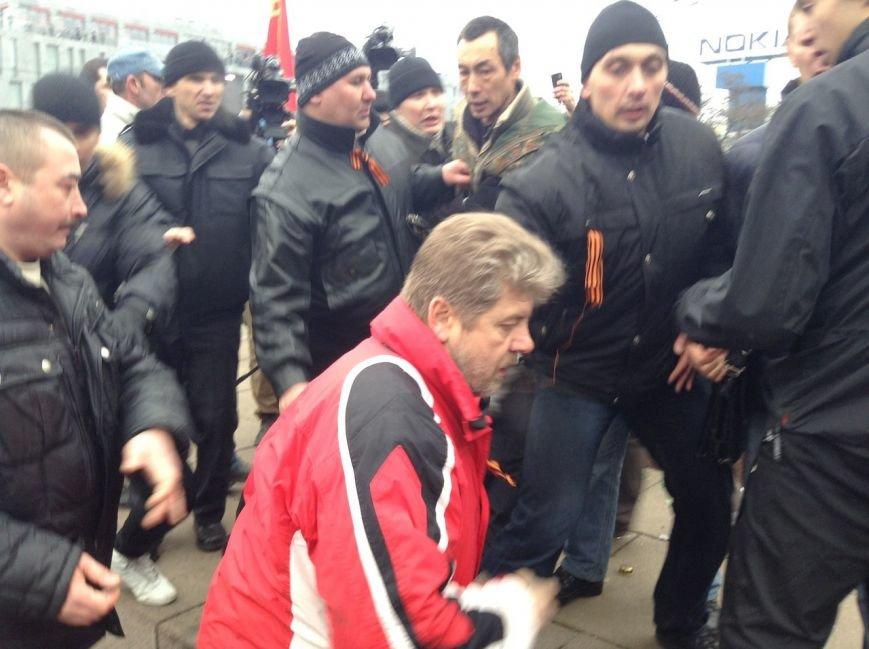 Мирный Антифашистский марш едва не превратился в потасовку: разъяренный мужчина ногой сбил лампады (ФОТО), фото-12