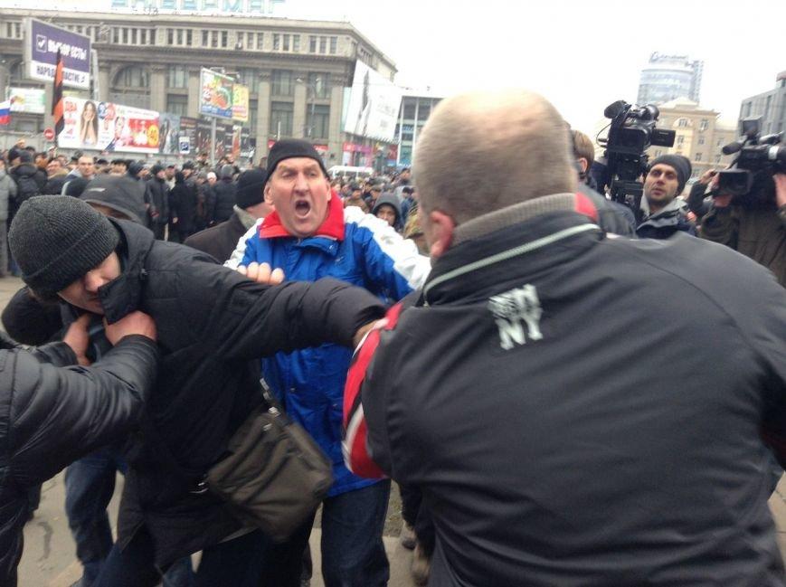 Мирный Антифашистский марш едва не превратился в потасовку: разъяренный мужчина ногой сбил лампады (ФОТО), фото-13