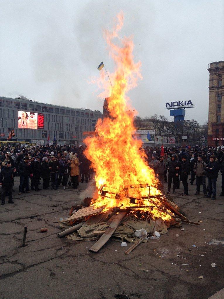 Мирный Антифашистский марш едва не превратился в потасовку: разъяренный мужчина ногой сбил лампады (ФОТО), фото-21
