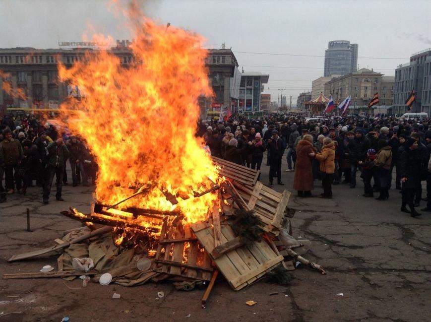 Мирный Антифашистский марш едва не превратился в потасовку: разъяренный мужчина ногой сбил лампады (ФОТО), фото-20