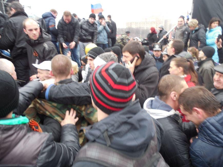 Захватчики ХОГА в крови. Толпа митингующих устроила самосуд над харьковскими евромайдановцами (ФОТО), фото-20