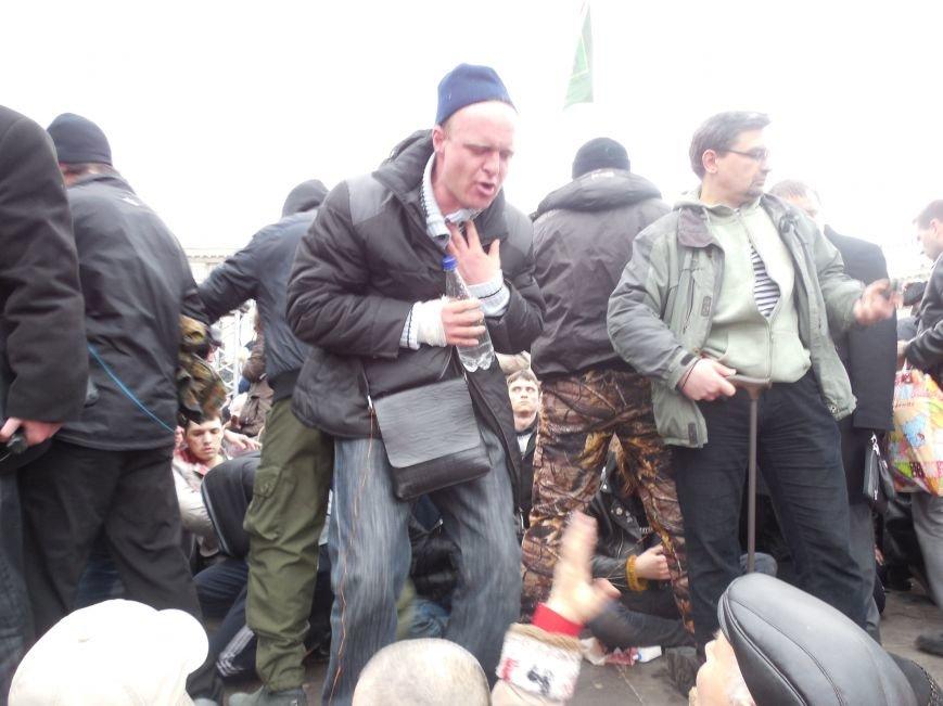 Захватчики ХОГА в крови. Толпа митингующих устроила самосуд над харьковскими евромайдановцами (ФОТО), фото-24
