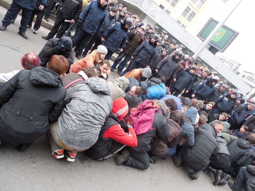 Захватчики ХОГА в крови. Толпа митингующих устроила самосуд над харьковскими евромайдановцами (ФОТО), фото-8