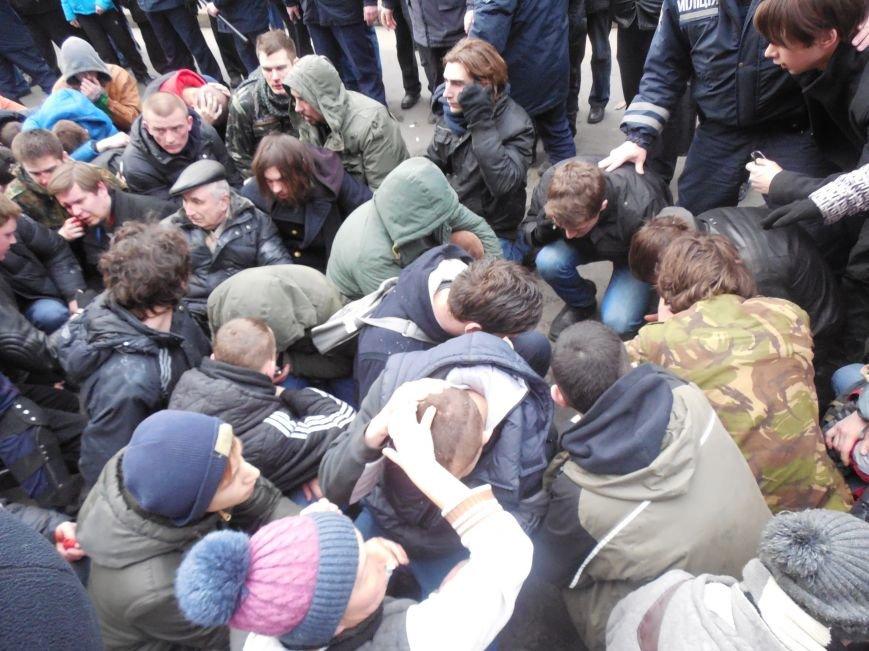 Захватчики ХОГА в крови. Толпа митингующих устроила самосуд над харьковскими евромайдановцами (ФОТО), фото-4