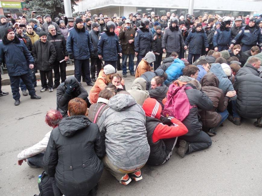 Захватчики ХОГА в крови. Толпа митингующих устроила самосуд над харьковскими евромайдановцами (ФОТО), фото-7