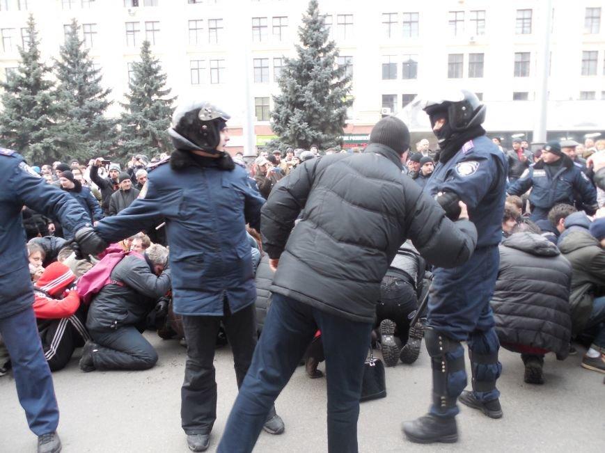 Захватчики ХОГА в крови. Толпа митингующих устроила самосуд над харьковскими евромайдановцами (ФОТО), фото-5