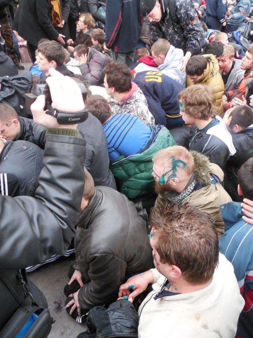 Захватчики ХОГА в крови. Толпа митингующих устроила самосуд над харьковскими евромайдановцами (ФОТО), фото-2