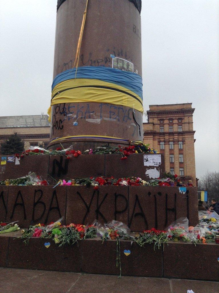 Мирный Антифашистский марш едва не превратился в потасовку: разъяренный мужчина ногой сбил лампады (ФОТО), фото-22
