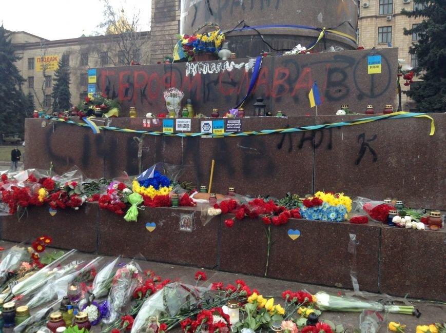 Мирный Антифашистский марш едва не превратился в потасовку: разъяренный мужчина ногой сбил лампады (ФОТО), фото-23