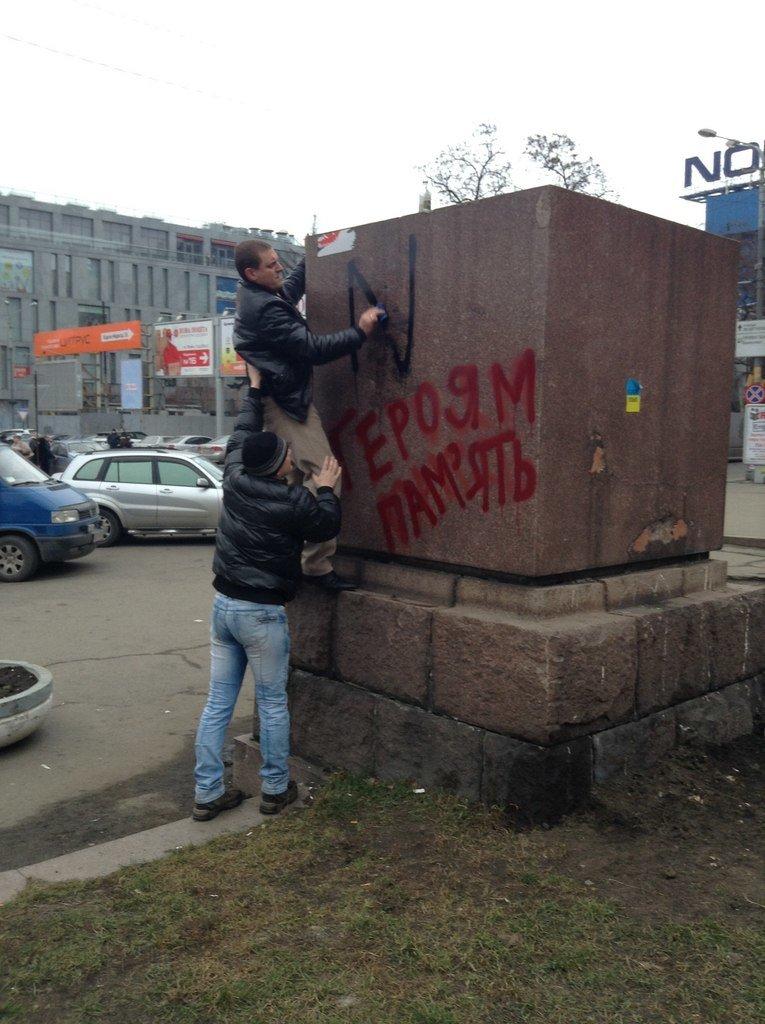 Мирный Антифашистский марш едва не превратился в потасовку: разъяренный мужчина ногой сбил лампады (ФОТО), фото-25