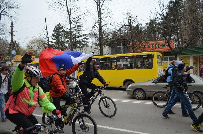 Тысячи крымчан прошли пол-Симферополя с огромными флагами России (ФОТО, ВИДЕО), фото-2