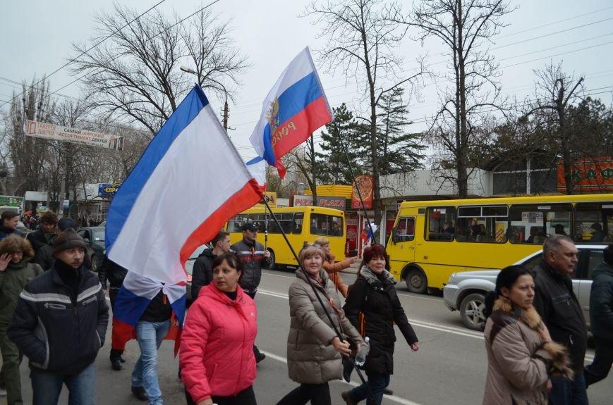 Тысячи крымчан прошли пол-Симферополя с огромными флагами России (ФОТО, ВИДЕО), фото-3