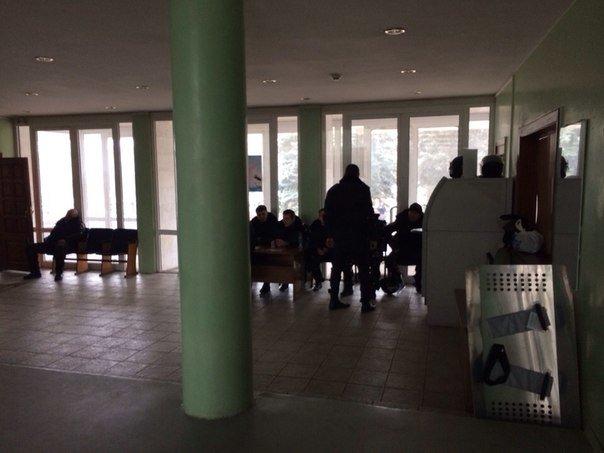 В Мариуполе распустили работников городской администрации и усилили охрану (ФОТО), фото-1