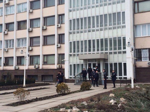 В Мариуполе распустили работников городской администрации и усилили охрану (ФОТО), фото-4