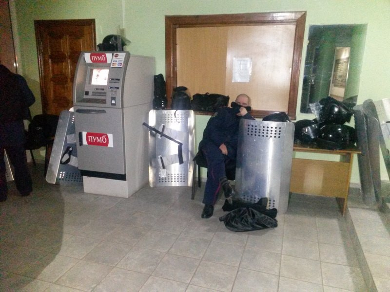 В Мариуполе  сотрудники городской администрации сегодня вышли на работу (ФОТО), фото-3