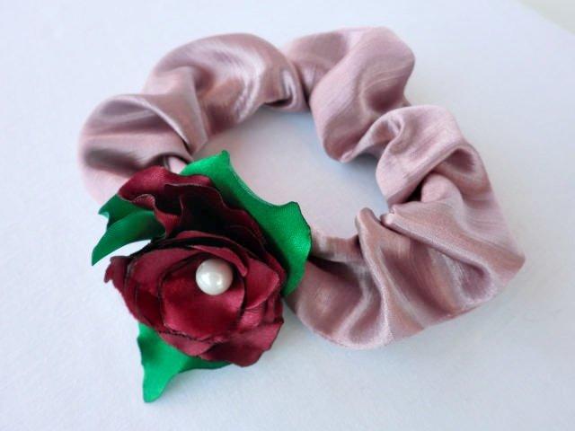Оригинальный аксессуар можно сшить из ткани своими руками, при этом сделать несколько разноцветных резинок.