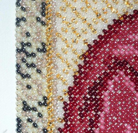 работа со схемами для вышивки бисером для начинающих, вид готовой работы вблизи