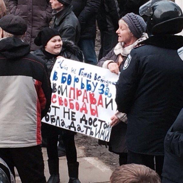 В Мариуполе на смену мирному митингу пришли протестующие против переворота в стране (ФОТО), фото-6
