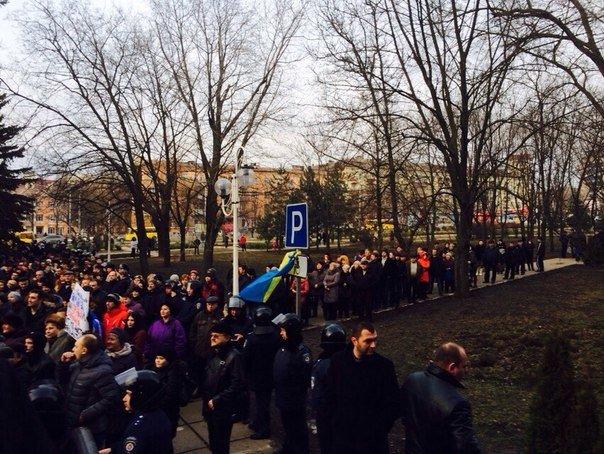 В Мариуполе на смену мирному митингу пришли протестующие против переворота в стране (ФОТО), фото-2