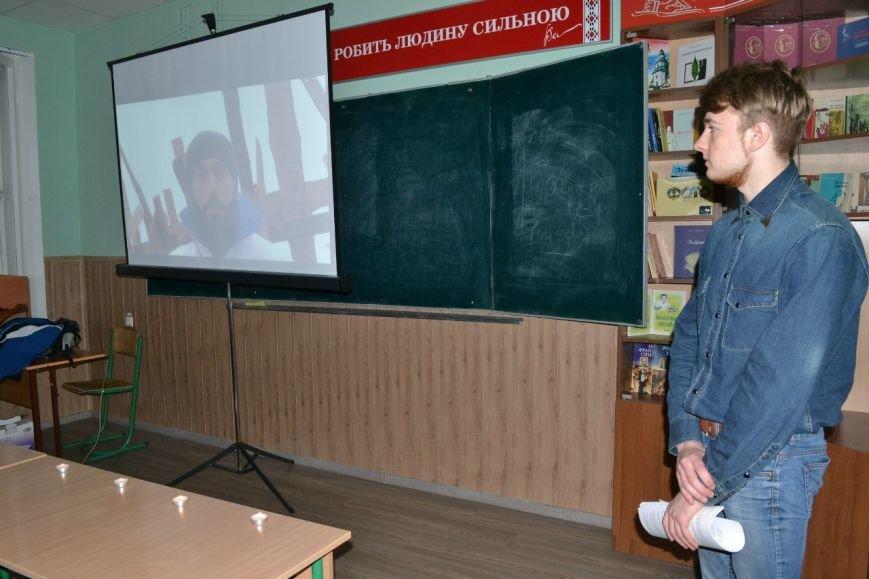 Ведучий і співорганізатор - Андрій Коновалов (на екрані - кадри із Сергієм Нігояном)