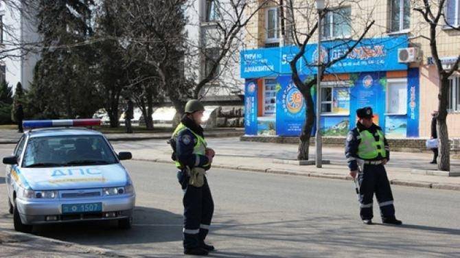 Улицы Луганска патрулируют ГАИшники в касках и с автоматами (ФОТО), фото-1