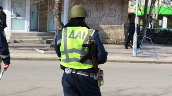 Улицы Луганска патрулируют ГАИшники в касках и с автоматами (ФОТО), фото-2