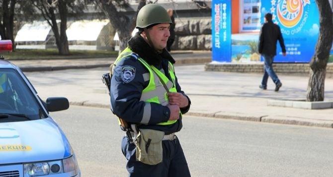 Улицы Луганска патрулируют ГАИшники в касках и с автоматами (ФОТО), фото-3