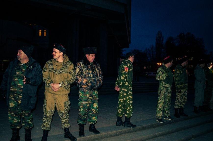 ФОТОФАКТ: В центре Симферополя дежурят кубанские казаки, фото-1