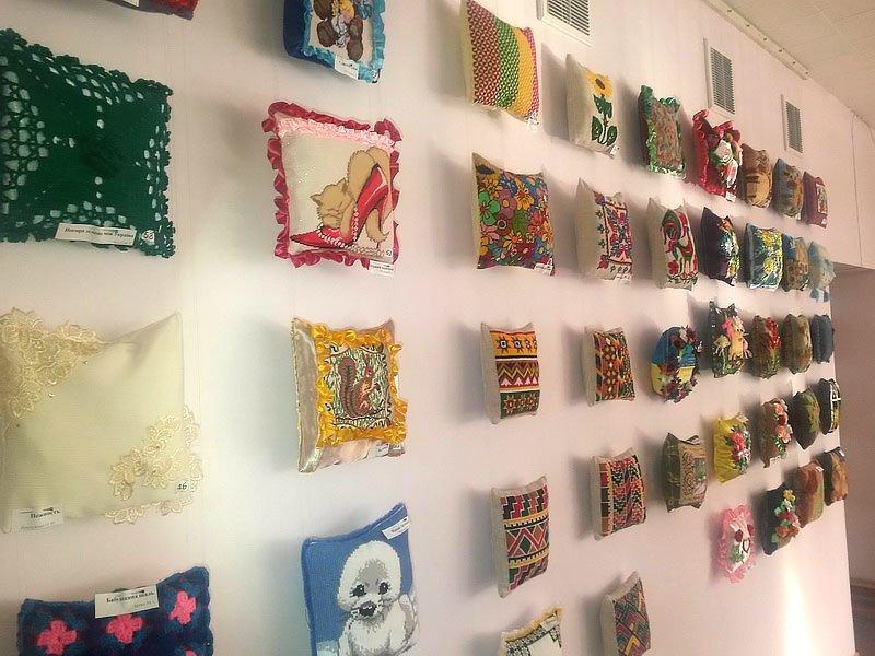 В Мариуполе открылась выставка подушек (ФОТО), фото-1