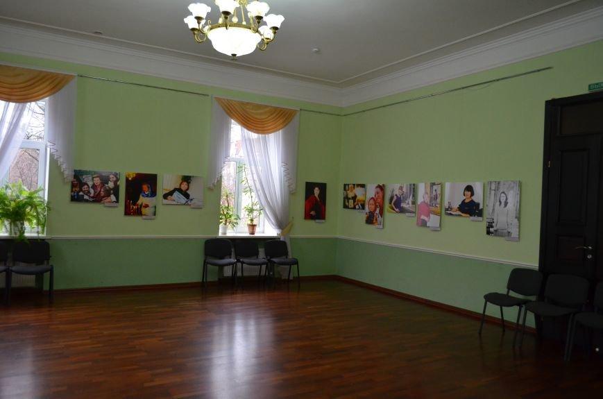 ФОТОРЕПОРТАЖ: К 8 марта в Симферополе открыли выставку фотопортретов известных крымских женщин, фото-9