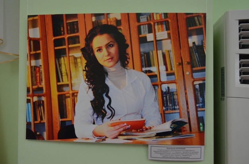 ФОТОРЕПОРТАЖ: К 8 марта в Симферополе открыли выставку фотопортретов известных крымских женщин, фото-1