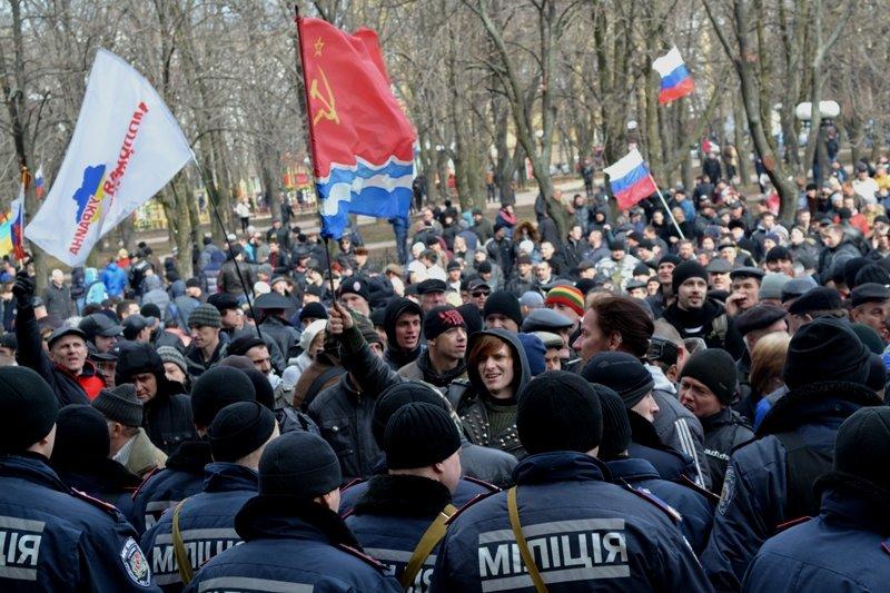 В Луганске захватили облгосадминистрацию и вынудили губернатора написать заявление об отставке (ФОТО), фото-18