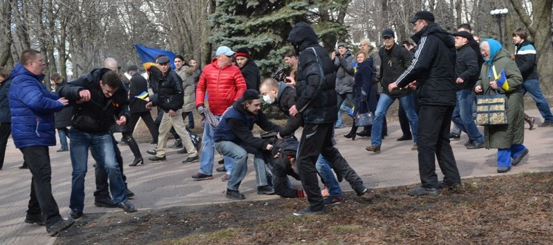 В Луганске захватили облгосадминистрацию и вынудили губернатора написать заявление об отставке (ФОТО), фото-13