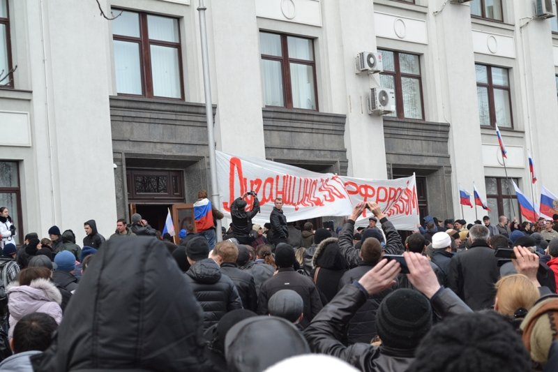 В Луганске захватили облгосадминистрацию и вынудили губернатора написать заявление об отставке (ФОТО), фото-21