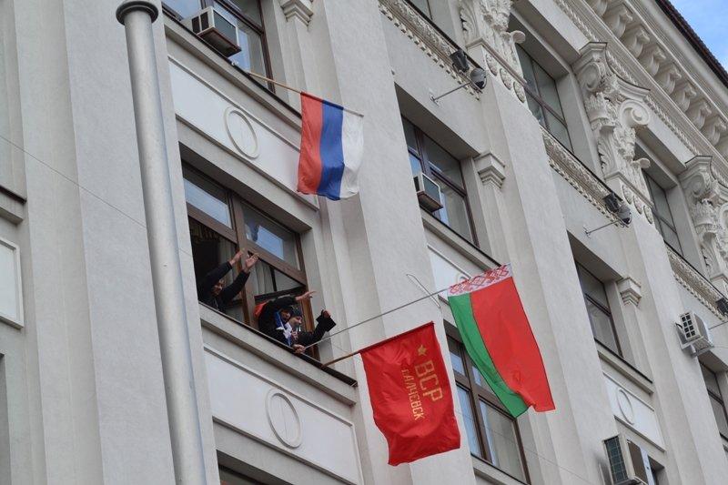 В Луганске захватили облгосадминистрацию и вынудили губернатора написать заявление об отставке (ФОТО), фото-22