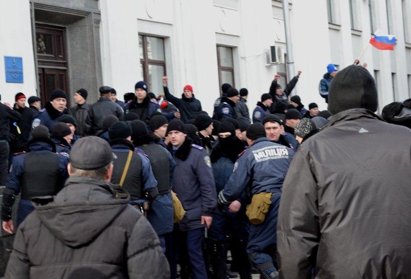 В Луганске захватили облгосадминистрацию и вынудили губернатора написать заявление об отставке (ФОТО), фото-16