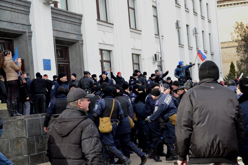 В Луганске захватили облгосадминистрацию и вынудили губернатора написать заявление об отставке (ФОТО), фото-15